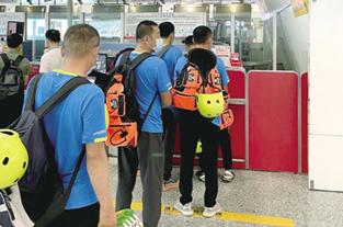 """救援人员郑州机场可走""""绿色通道"""""""