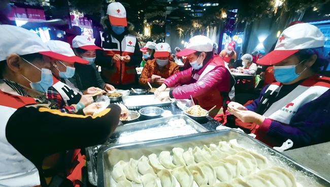 """冬至""""爱心水饺""""一送就是9年 """"饺子哥""""背后是一群人"""