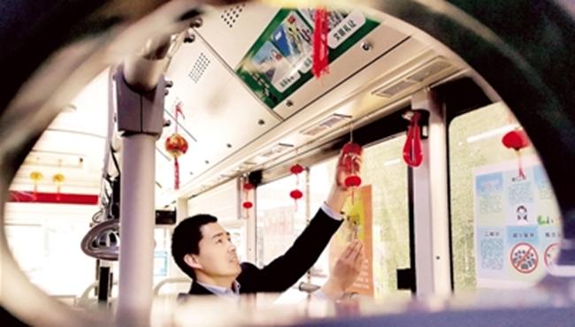 传统民俗主题车厢上线满满都是年味儿